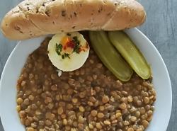 Čočka na kyselo, sázené vejce, sojový rohlík, sterilovaná okurka