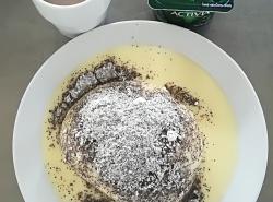 Alpský knedlík (kynutý knedlík plněný povidly, vanilkové šodo, makový posyp)