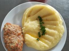 Biftek z mletého masa se sýrem, bramborová kaše