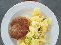 Biftek z mletého masa se sýrem, vařený brambor