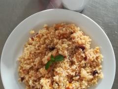 Bulgur s ovocem a medem (brusinky, dýně, rozinky, mandle), ochucené mléko