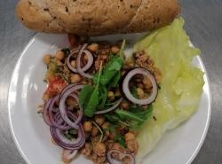 Cizrnovy-salat-s-tunakem-rajce-okurka-pecivo