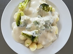 Dušená brokolice, sýrová omáčka s nivou, bramborové noky