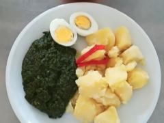 Dušený špenát, vařené vejce, vařený brambor