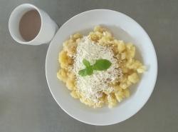 Halušky s jablky a skořicí, sypané tvarohem, ochucené mléko