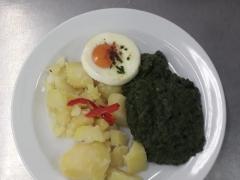 Sázené vejce, dušený špenát, vařený brambor