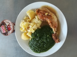 Staročeské kuřecí stehno, dušený špenát, vařený brambor