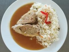 Kuřecí závitek, dušená zeleninová rýže