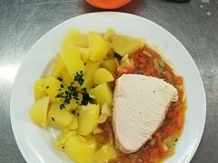Krůtí maso na zelenině, vařený brambor
