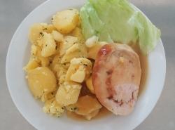 Kureci-italska-rolada-se-susenymi-rajcaty-vareny-brambor