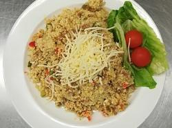 Kuskusové rizoto s vepř. masem a  zeleninou, strouhaný sýr