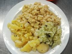 Květák na mozeček, vařený brambor, zeleninový salát