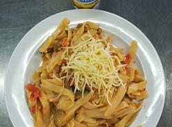 Mexické nudle (těstoviny, paprika, žampiony, okurky, smetana, sýr)