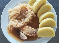 Pečená vepřová plec, dušené zelí, bramborový knedlík