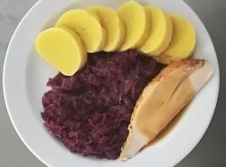 Pečené krůtí prso, dušené červené zelí, bramborový knedlík