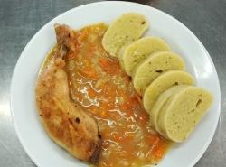 Pečené kuř. stehno na zelenině, brambor. knedlík s cel. kuskusem