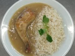 Pečené kuřecí stehno ala bažant, dušená rýže