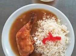 Pečené kuřecí stehno, dušená rýže