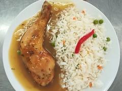 Pečené kuřecí stehno, dušená zeleninová rýže