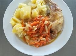 Pečené kuřecí stehno na zelenině, vařený brambor