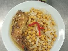 Pečené kuřecí stehno s cizrnou a zelím