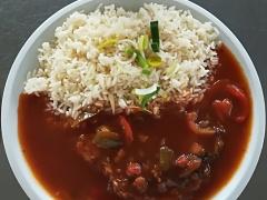 Pochoutka grófa Zoltána Csecsodiho (vepř. maso, paprika, cibule, lečo), dušená rýže