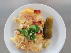 Pražské zapečené brambory (šunka, vejce, hrášek, sýr), sterilovaná okurka