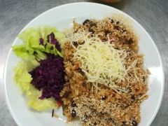 Rizoto s fazolemi adzuki ( fazole, mrkev, paprika, žampiony, sezam, pórek)