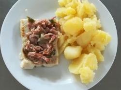 Rybí file s anglickou slaninou a cibulí, vařený brambor
