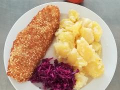 Rybí file v sezamovém obalu, vařený brambor