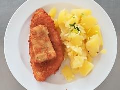 Rybí porce s bylinkovou omáčkou, vařený brambor