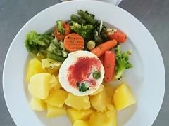 Sázené vejce, dušená zelenina, vařený brambor
