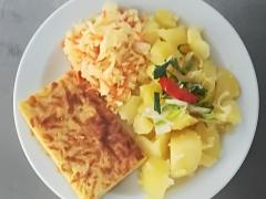 Sýrový nákyp, vařený brambor, zeleninový salát