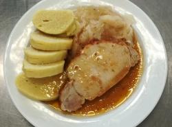 Selská pečeně, dušené kysané zelí, bramborový knedlík