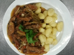 Sojové nudličky se zeleninou, bramborové noky