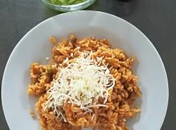 Srbské vepřové rizoto, strouhaný sýr, zeleninový salát