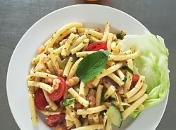 Těstovinový salát s krevetami a zeleninou