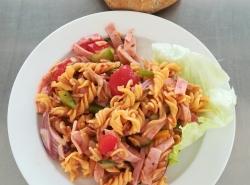 Těstovinový salát se šunkou a zeleninou, cereální pečivo
