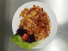 Těstoviny s rajčatovým pestem a bazalkou,zeleninový salát