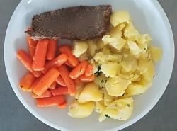 Vařené hovězí, baby mrkev na másle, vařený brambor