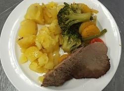 Vařené hovězí, dušená  zelenina, vařený brambor