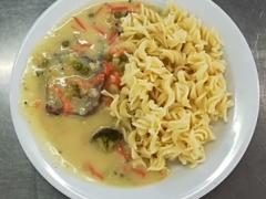 Vařené hovězí maso, zeleninová omáčka se smetanou, těstoviny