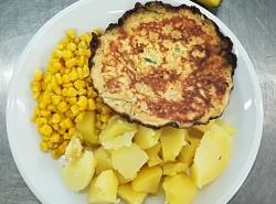 Vaječná omeleta, kukuřice na másle, vařený brambor
