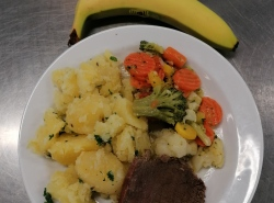 Varene-hovezi-zamecka-zelenina-na-masle-brokolice-kvetak-mrkev-vareny-brambor