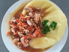 Vepřové nudličky na zelenině (mrkev, celer), bramborová kaše