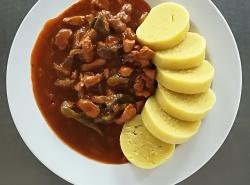 Vepřové nudličky po cikánsku (v. maso, v. játra, lečo, žampiony), bramborový knedlík