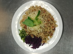 Vepřové rizoto, strouhaný sýr, zeleninová přízdoba