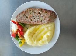 Zahradnická sekaná se sójou (vepř. a hov. maso, soj. gran., hrášek, mrkev, paprika), brambor. kaše