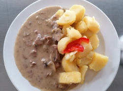Zamecke-srnci-nudlicky-srnci-kyta-smetana-houby-vareny-brambor