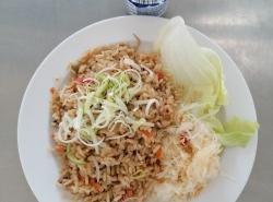 Zeleninová rýže (rýže, zelí, paprika, cibule, houby, mrkev, česnek, sójové klíčky), zel. přízdoba